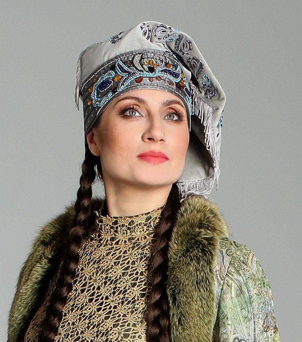 Илия преподает азы татарского языка детям и продвигает татарскую культуру.