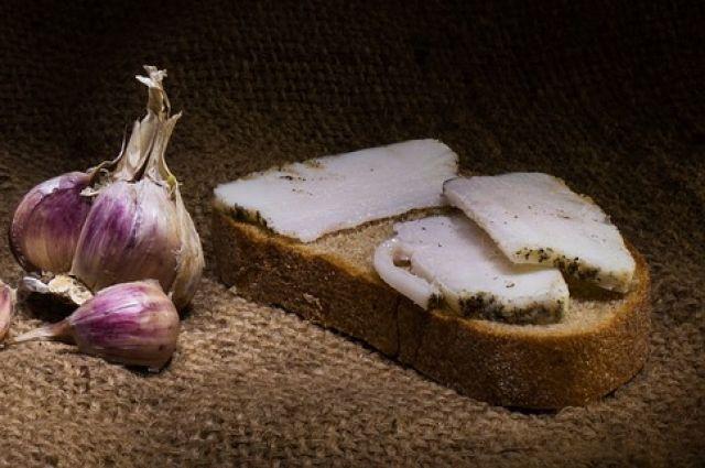 Тонко нарезанное сало лучше подавать на стол с чёрным хлебом, а также чесноком или горчицей.
