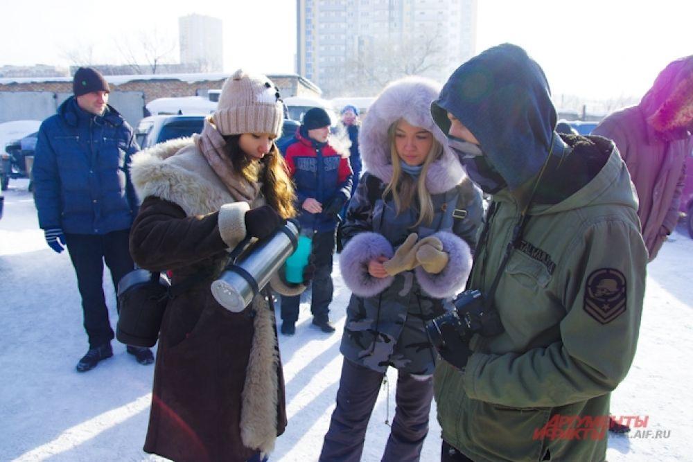 Тем временем, чтобы не замерзнуть, можно было угоститься горячим чаем.