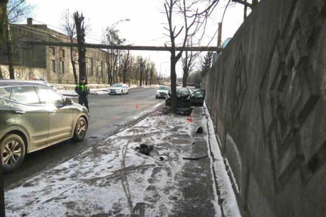 В Калининграде погиб, врезавшись в дерево, пенсионер-водитель.
