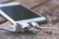 Люди почти не выпускают мобильный телефон из рук: в нём и общение, и фильмы, и игры, и музыка.