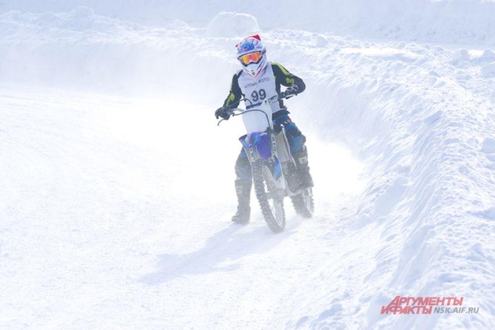 Организаторами выступили Федерация мотоциклетного спорта Новосибирской области и Кировский СТК ДОСААФ России