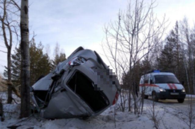На Ирбитском тракте автомобиль улетел в кювет и застрял в деревьях
