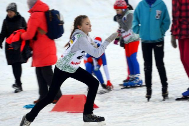 Детсадовцы стартовали первыми. Не все из них еще освоили коньки, а потому ребята падали на дистанции 50 метров, но вставали и упорно добирались до финиша.