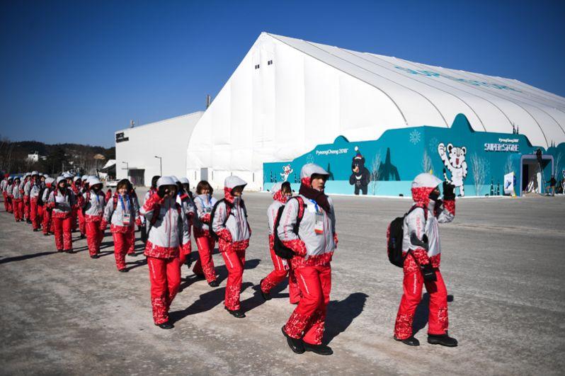 Волонтеры в Олимпийском парке Хвэнге в Пхенчхане.
