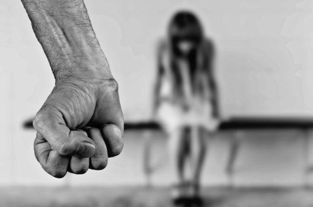 Девушку изнасиловали, пока мать ожидала ее наулице