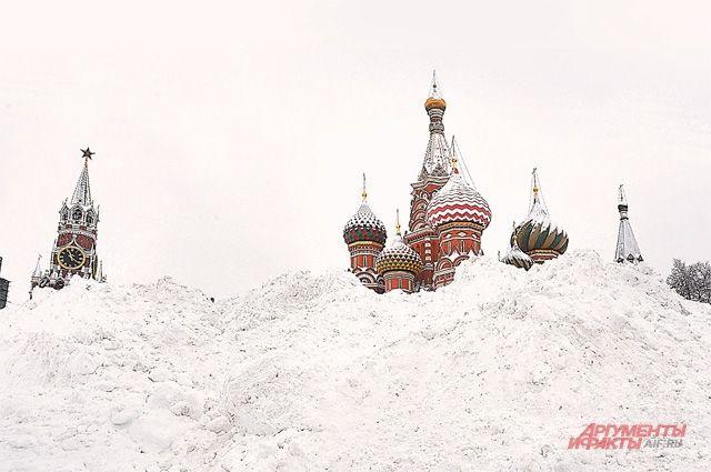 Из-за небывалого снегопада Красная площадь превратилась в белую.