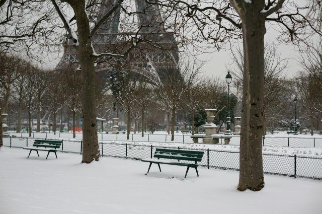 ВоФранции бушуют снегопады: Для туристов закрыли Эйфелеву вышку