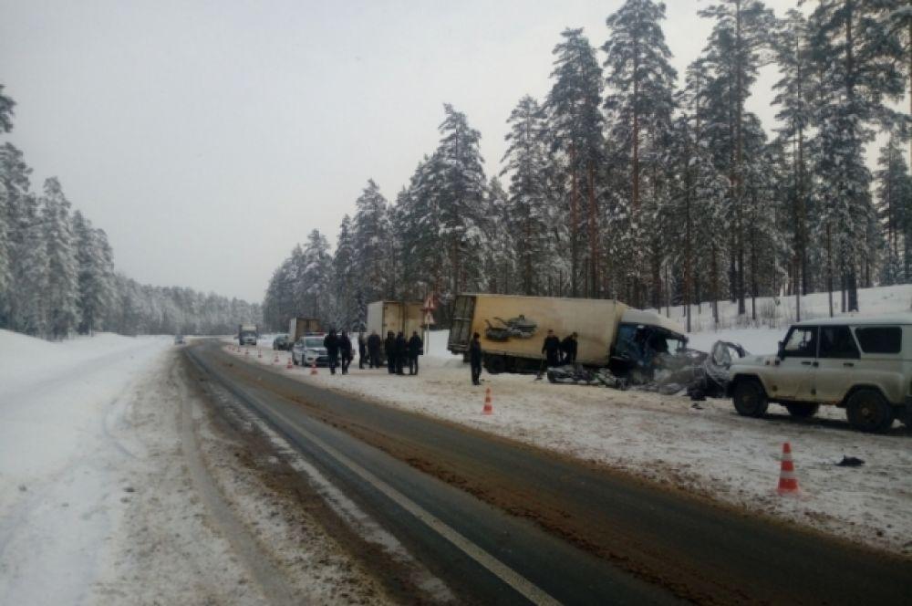 Микроавтобус вылетел на встречку и лоб в лоб столкнулся с грузовиком.