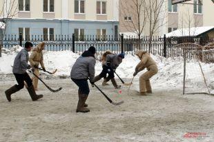 Игроки старались не ударить в снег лицом перед именитыми гостями