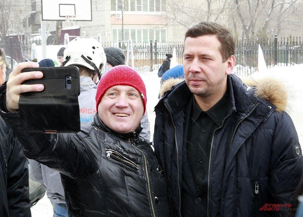 """Поклонники активно фотографировались с кумирами. Андрей Мерзликин, сыгравший тренера в сериале """"Молодежка"""", охотно соглашался"""