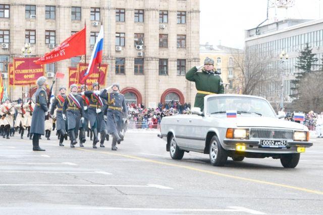 По площади прошли свыше 1500 солдат и офицеров ЮВО, курсантов, кадетов, бойцов Росгвардии, 60 единиц боевой и специальной техники.