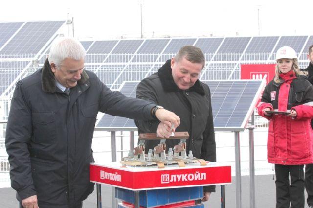 Андрей Бочаров и Вагит Алекперов дали символический старт выработке электроэнергии на гелиостанции.