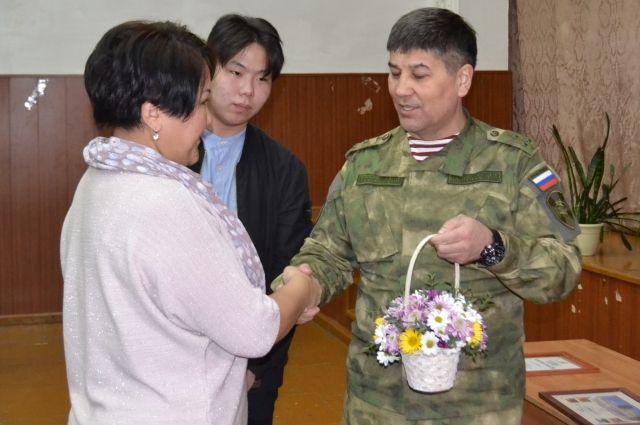 ВУлан-Удэ наградили школьника, спасавшего детей отподростка с тесаком