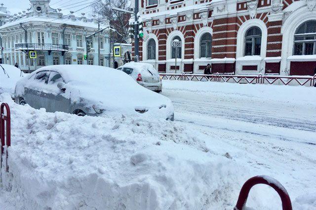 Припаркованные машины моментально заносило снегом.