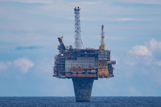 Норвежская нефть в отличие от российской залегает только на шельфе Северного и Баренцева морей, поэтому для её добычи строят уникальные морские платформы. На фото: морская платформа Draugen - чудо инженерной мысли. Стоит на одной 280-метровой бетонной ноге, причём 250 метров находятся под водой.