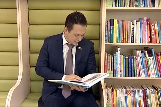 В съемках нового ролика акции «Читаем вместе» принял тюменский депутат