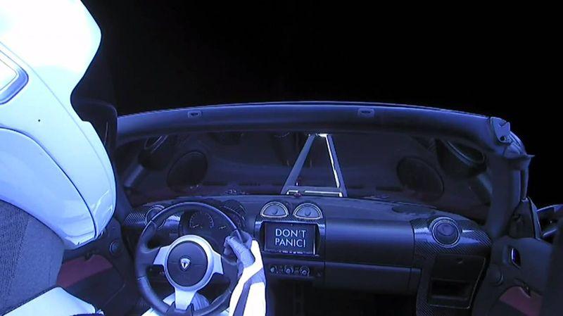 Манекен за рулем Tesla Rodster.