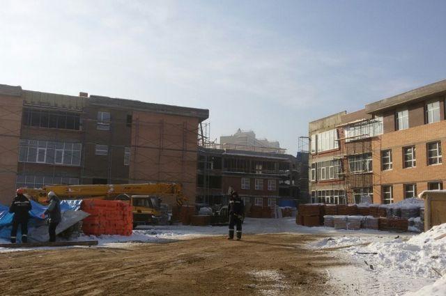 На строительстве работают около 200 человек.