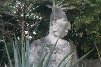 """Статуя майя украшает вход в парк """"Кантун Чи"""" на Юкатане."""