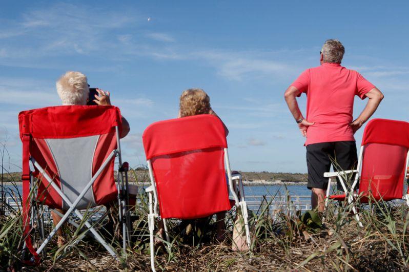 Зрители наблюдают за запуском ракеты из космического центра имени Кеннеди во Флориде..