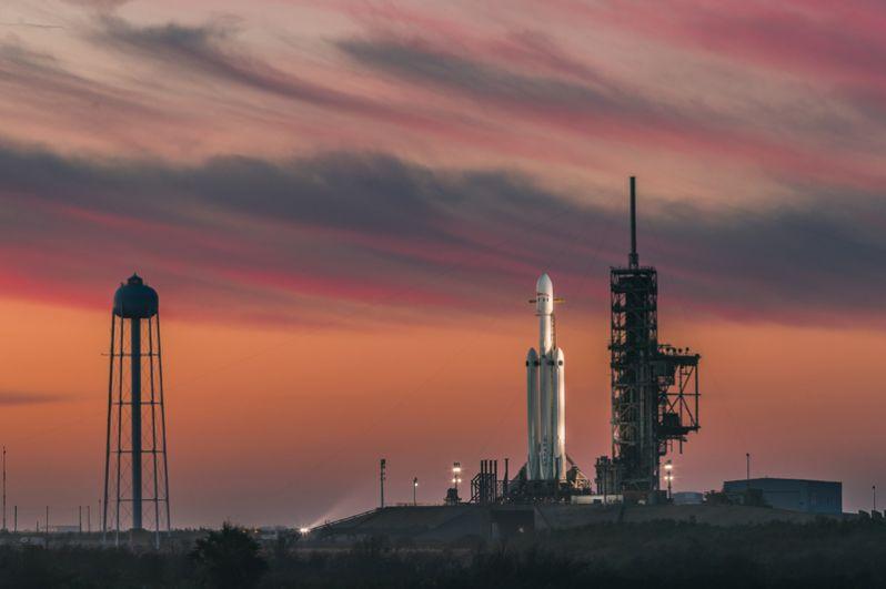 Ракета-носитель Falcon Heavy на стартовой площадке LC-39A космодрома космического центра имени Кеннеди во Флориде.