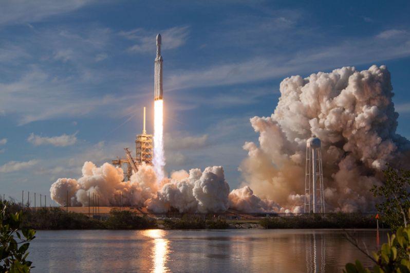 Запуск ракеты-носителя Falcon Heavy.