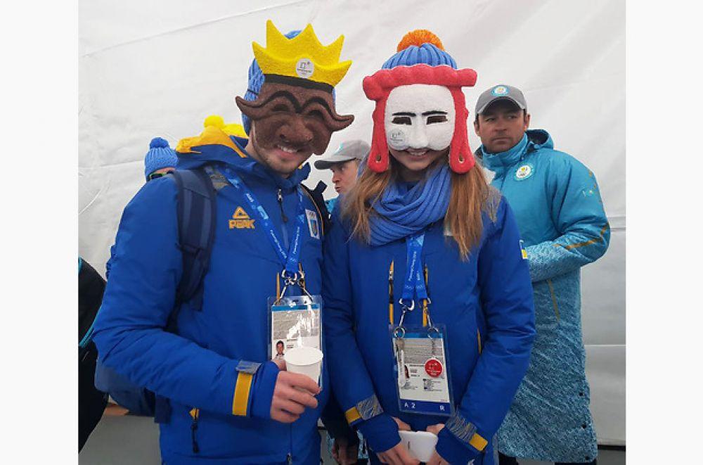 Наши олимпийцы не потеряли возможности примерить традиционные корейские маски.