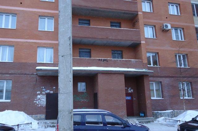 Второй подъезд дома по адресу Обводный канал, 76, где и произошла трагедия.