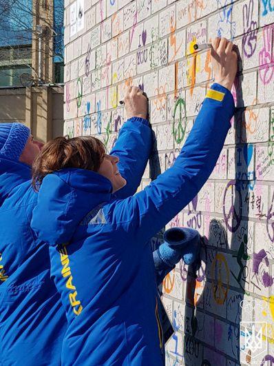 Сергей Бубка и Анна Сорокина поставили свои подписи на стене Олимпийского перемирия.