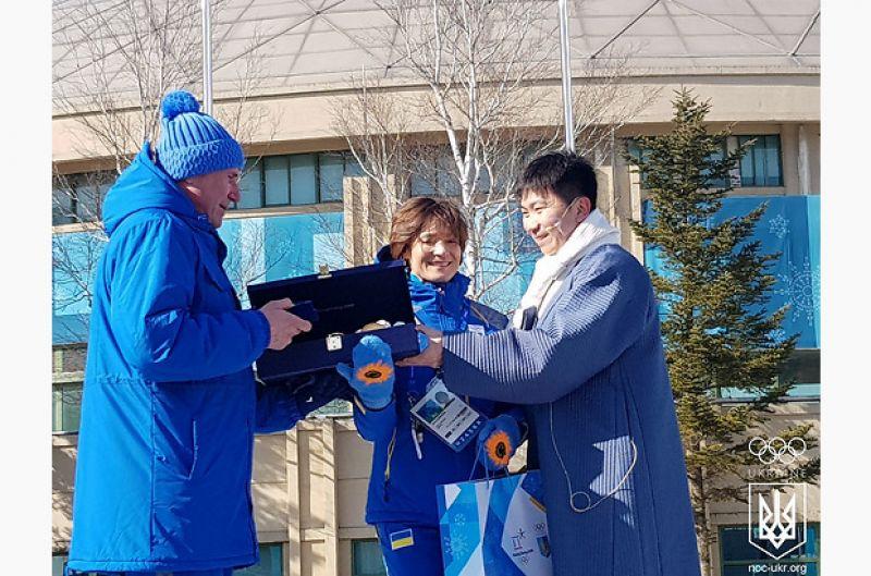 Украинскую делегацию поздравил мэр Олимпийской деревни, Олимпийский чемпион и член Международного Олимпийского Комитета Ю Сын Мин.