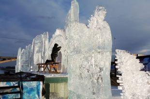 Скульпторы в течение нескольких дней будут создавать скульптуры на тему «С любовью к Удмуртии, с верой в Россию!» на набережной ижевского пруда.
