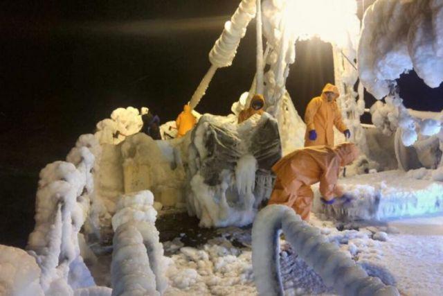 На мобильном видео с борта судна экипаж борется со стихией.