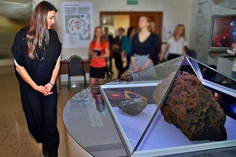 В 2016 году ведущая телепрограмм «Вести» и «Специальный корреспондент» Мария Ситтель приезжала в Челябинск на встречу со старшеклассниками. Она посетила залы музея, задержавшись у метеорита, и получила на память маленький фрагмент челябинского «космического пришельца».