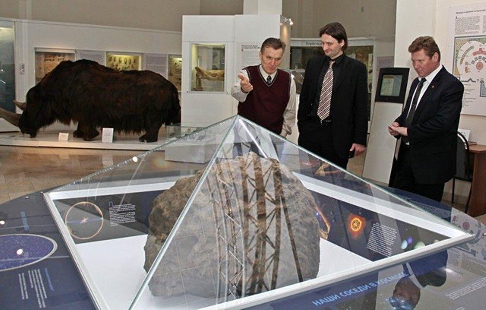 В марте 2014 года у метеорита побывал первый гость - директор Большого Московского государственного цирка Эдгард Запашный.