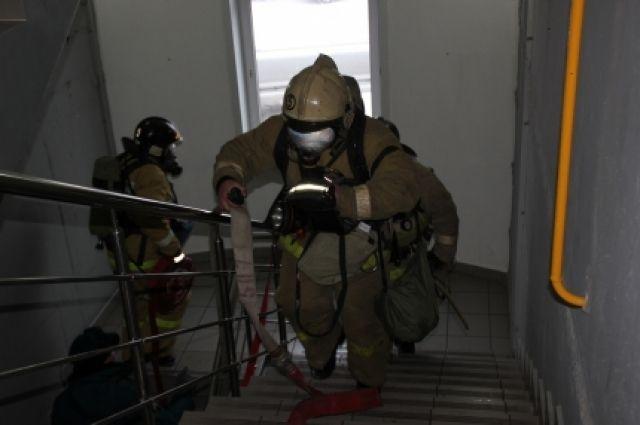 Пожар в кемеровском общежитии тушили 39 человек.
