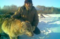 Житель Курьинского района и убитый волк.