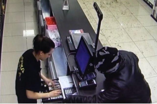В Бузулуке посетитель напал на продавца центра разливных напитков.