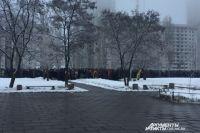 Сотни воронежцев собрались на церемонию прощания с Романом Филиповым у Дома офицеров.