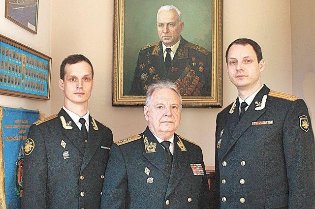 Игорь Владимирович с сыновьями на фоне портрета отца - адмирала флота Владимира Касатонова.