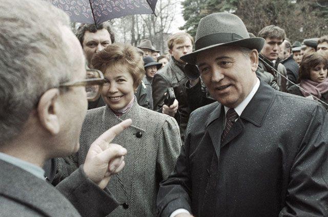 Михаил Горбачёв беседует с избирателями.