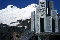 Памятник защитникам Приэльбрусья на склоне Эльбруса.