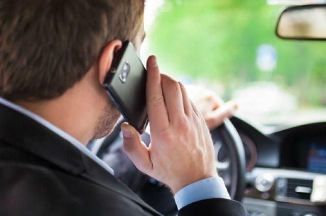 Во Франции водителям запретили говорить по телефону в припаркованном авто