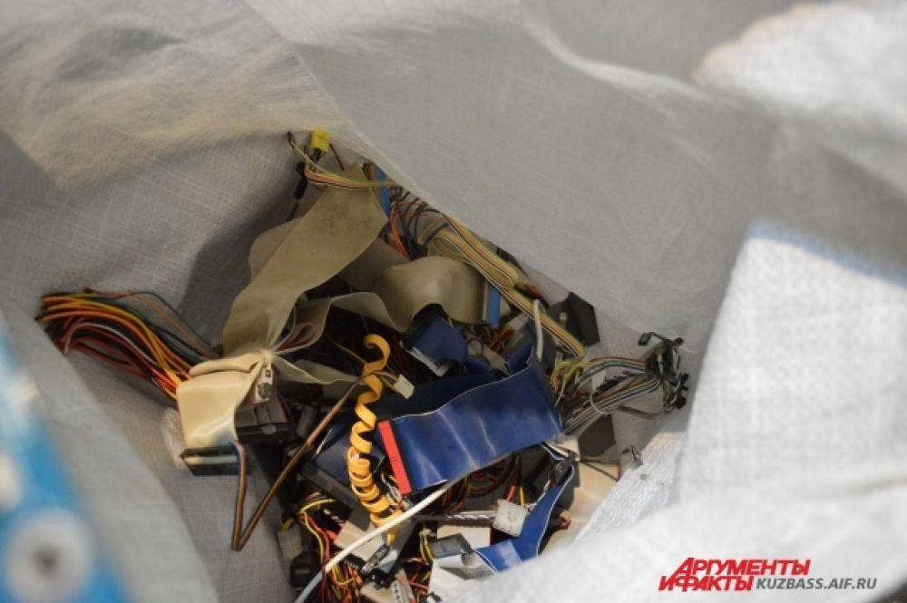 За килограмм проводов сборщикам платят по 80 рублей. Металл стоит куда дешевле - 4 рубля.