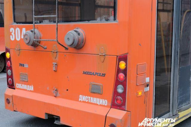 Сначала троллейбус вёз пассажиров, затем - наоборот.
