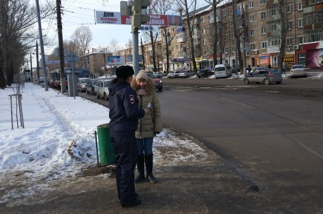 Патрули ДПС проводят с пешеходами разъяснительную работу на наиболее аварийных участках.