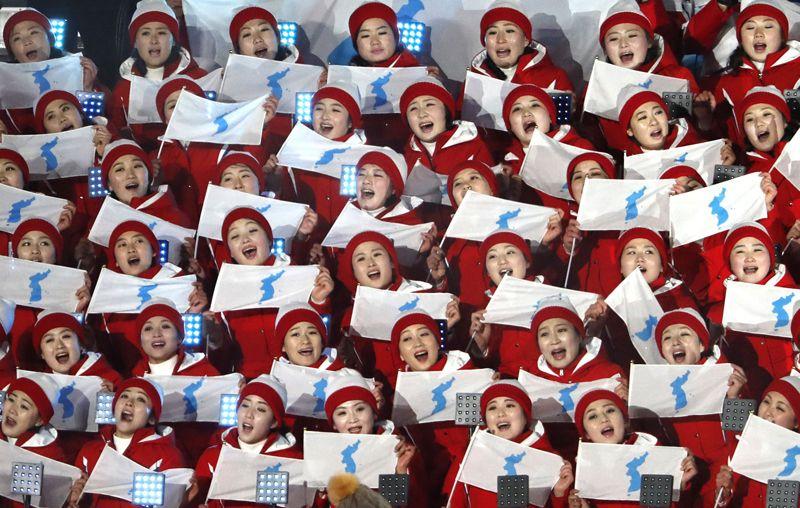 Члены делегации КНДР на трибуне во время церемонии открытия Олимпиады.
