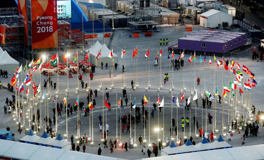 Флаги стран, участвующих в Играх, на площади в Пхенчхане.