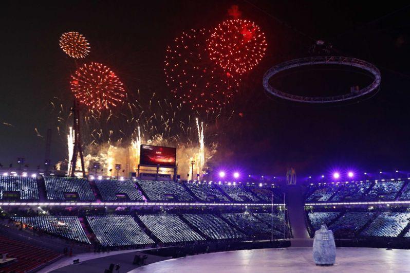 Фейерверк во время церемонии открытия Олимпийских игр.