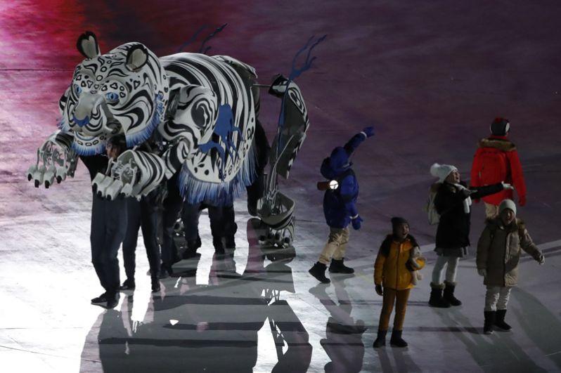 Артисты во время церемонии открытия.